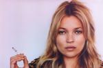 """Indisciplinata"" sull'aereo, Kate Moss portata via dalla polizia - Foto"