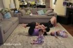 I piccoli di casa imitano la mamma mentre fa ginnastica: in un video i divertenti esercizi