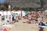 Ruba un borsone in spiaggia a Mondello: arrestato diciannovenne