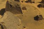 La bellezza delle piramidi ripresa da un drone - Video