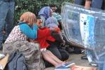 """Migranti bloccati alla frontiera, la Francia: """"Non cambiamo linea"""""""