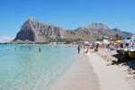 San Vito, più controlli in spiaggia: agenti in costume fra i bagnanti