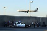 Usa, un'auto finisce dentro un terminal dell'aeroporto: grave una bambina