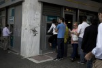 Allarme crisi delle banche, in Grecia code ai bancomat per ritirare il denaro
