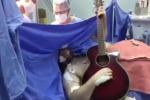 """Operato al cervello per tumore, resta sveglio cantando """"Yesterday"""" - Video"""