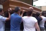 Dolore e rabbia per l'ultimo saluto al benzinaio ucciso - Video