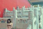 """Nuda nella """"Città proibita"""" di Pechino: Cina in collera per gli scatti """"hot"""""""