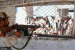 Pakistan, scontri con forze antigovernative al confine: 26 morti
