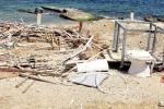 Spiagge sporche a Messina e il mare avanza