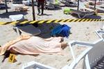 Terrorismo, strage di turisti in Tunisia Spari in spiaggia nel resort: 37 morti