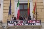 Da Palazzo della Aquile uno striscione in sostegno di Nino Di Matteo - Video