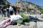Frontiera chiusa dalla Francia, seconda notte di protesta su scogli a Ventimiglia