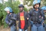 Sgombero a Ventimiglia, è tensione tra migranti e poliziotti