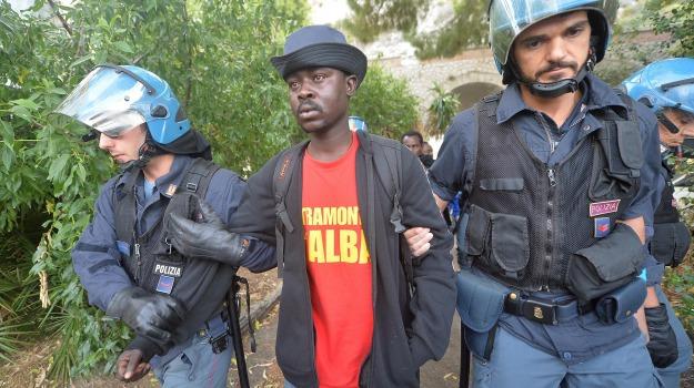immigrazione, migranti, polizia, sgombero, Sicilia, Migranti e orrori