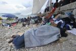 Tra tende e ripari di fortuna quinta notte sugli scogli per i migranti