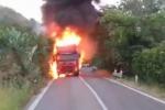 Incendio sulla strada alternativa Palermo-Catania, camion in fiamme: il video