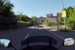 Pirata della strada investe giovane in moto e scappa: il video