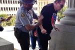 Agente nero aiuta militante razzista, la foto dei due diventa virale in rete