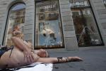 """Modella """"insanguinata"""" davanti un negozio Hermès: la protesta in difesa dei coccodrilli - Foto"""