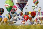 Mix di colori nei cieli della Francia: c'è il Festival delle Mongolfiere - Video