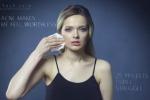Toglie il make up e mostra i segni dell'acne: critiche per una blogger