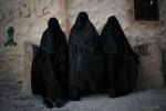 """Isis, le regole dei jihadisti: """"No al sesso con schiava se è incinta"""""""
