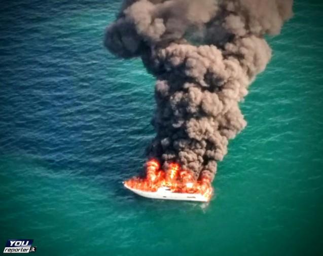 Va in fiamme e poi affonda paura a bordo di uno yacht for Il canotto a bordo degli yacht