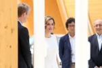 La regina Letizia ad Expo, abito bianco e tacchi vertiginosi - Foto