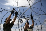 """L'Ungheria avvia la costruzione del muro """"spinato"""" per bloccare i migranti"""