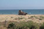 Rifiuti, ruspe in azione sulla spiaggia di Romagnolo