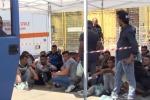 Al porto di Palermo la nave carica di migranti - Video