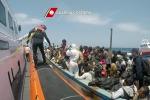 A Palermo una nave con 717 migranti: sul molo anche dodici salme - Foto e Video