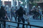 Ad Atene scontri fra manifestanti e polizia, le banche: liquidità solo fino a lunedì