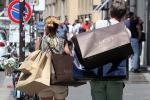 """Vestiti, auto e cibo: gli italiani i più """"spendaccioni"""" d'Europa"""