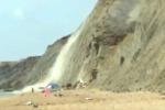 Crolla pezzo di costone in spiaggia: tragedia sfiorata ad Agrigento - Video