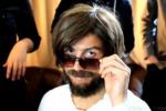 Cristiano Ronaldo si traveste da barbone per le strade di Madrid ma nessuno lo riconosce - Video