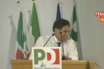 """Crocetta """"scippa"""" il microfono"""" a Renzi alla direzione del Pd - Video"""