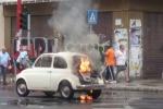 Una vecchia 500 va in fiamme, paura e traffico in tilt in corso dei Mille - Foto