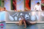 Fa la spaccata e non riesce più a rialzarsi, infortunio in diretta tv per la soubrette Lisa Fusco: il video