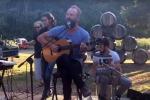Sorpresa durante la degustazione, il proprietario della tenuta improvvisa uno show: ma lui è Sting - Video