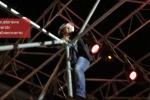 Al Bano diventa un acrobata e si arrampica su un traliccio durante il concerto - Video