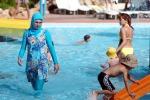 """Hotel e resort vietano il """"bikini"""" islamico che copre dalla testa ai piedi"""
