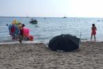 Cadavere in spiaggia a Mondello: per ore in attesa del medico legale - Video