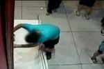Perde l'equilibrio e buca dipinto italiano del Seicento - Il video