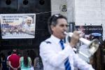 Carrozza, banda e manifesti: polemica sui funerali del boss Casamonica