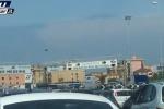 Lunghe code all'imbarco per Messina: tra caldo e attese, migliaia di viaggiatori diretti in Sicilia - Video