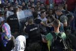 Immigrazione, alta tensione in Macedonia, lacrimogeni lanciati contro i profughi - Foto