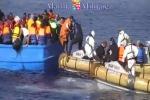 Lampedusa, un logo con il legno dei barconi dei profughi