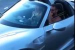 Saluta, accelera e si schianta con una Porsche da un milione di dollari: il video è virale