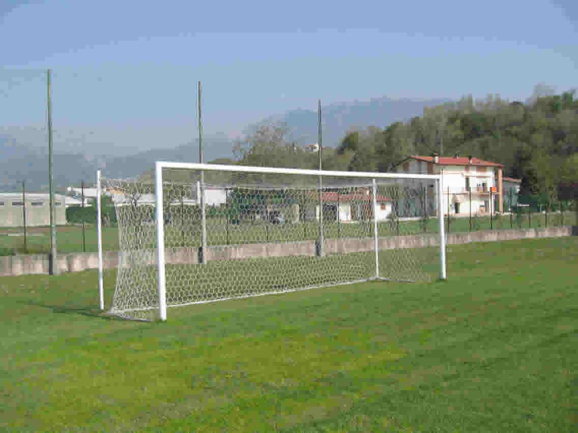 Travolta dalla porta di un campo di calcio muore bimba di - Misure porta di calcio ...